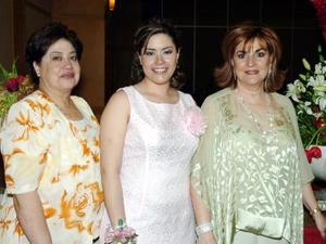La futura novia Angelina Rodríguez  y Quezada acompañada por su mamá Alejandrina y Quezada y su suegra Gabriela Faya.