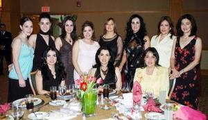 Angelina Rodríguez y Quezada acompañada por sus amigas y familiares el día de su despedida de soltera