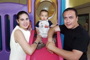 Flavio Aldape Cabral y Marcela Arellano con su hijo Emilio