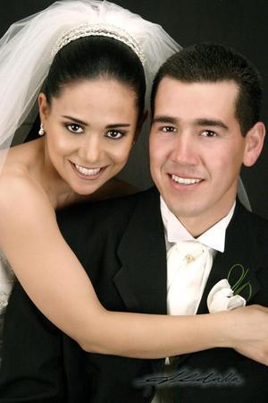 Ing. Jorge Tadeo Flores Cisneros y Lic. Charo Navarro Macías recibieron la bendición nupcial en la parroquia de la Inmaculada Concepción el dos de abril de 2005.