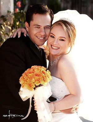 Sr. Rafael González Díaz y Srita. Jéssica Robles Aznar contrajeron matrimonio el tres de abril de 2004 en la parroquia de La Sagrada Familia Familia.