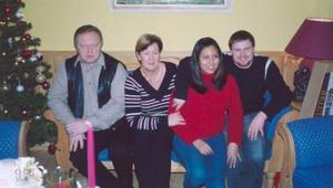 Nelly Berenice de Breuik vive en Noruega, al lado de su esposo Asbjorn Breuik, en la foto los acompañan los señores Asbjorn y Synnove Breuik.