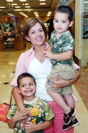 <b>09 de mayo </b> Rebeca Castillo de Ramírez con sus hijos Guillemo y Santiago