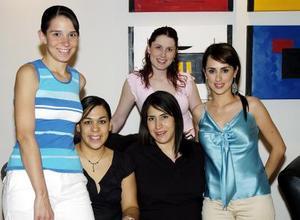 Ana Lorena Chávez acompañada de sus amigas Begoña de Sada, Marcela Pereyra, Martha González y Nancy Perella, en la fiesta de canastilla que le organizaron.