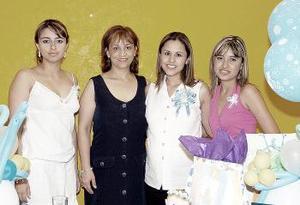 Yajaira Román de Lomas acompañada por algunas de las invitadas a la fiesta de regalos que le organizaron en honor al bebé que espera.