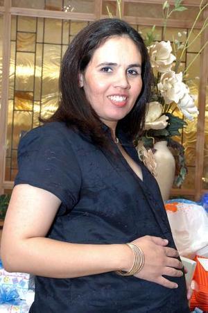 <b>08 de mayo </b><p> Verónica L. de Lozano, captada en su fiesta de canastilla.