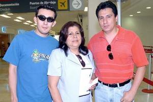 Alejandrina y Manuel Antonio Aguilar viajaron al DF y fueron despedidos por César Aguilar.
