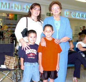 Julia Sosa viajó al DF y fue despedida por Ana Isabel y Juan Pablo Sosa y Javier Ruiz.