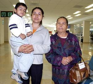 <b>07 de mayo </b> <p> María de Jesús Ramos viajó a Los Ángeles y la despidieron Graciela Sánchez y Aarón Vaquera.