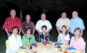 Armando y Lety Martínez, Jorge y Silvia Pérez, Arturo y Margarita Rivera, Fernando y Luarencia González, Cándido y Tere García