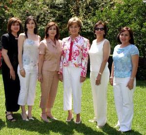 <b>09 de mayo </b> <p> Vicky Ibargüengoitia con parientes y amigas el día de su despedida de soltera.