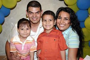 Antonio Bañuelos Ríos cumplió cuatro años de vida y  sus papás Antonio Bañuelos Rentería y Mireya Ríos de Bañuelos y su hermanita le organizaron un alegre convivio