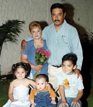 Casimiro Acevedo Alvarado y Carmen Mares de Acevedo en compañía de sus nietos en el festejo que les organizaron por sus 33 años de casados.