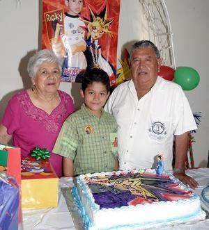 José Ricardo  Puente Rodríguez acompañado por sus abuelitos José Inés Puente y Anita Rodríguez el día que cumplió ocho años de vida.