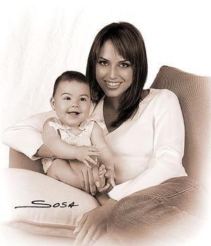 Sandra Hoffman de Kuri y su hija Mía en una imagen de Sosa.