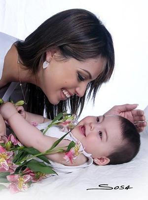 Sandra Hoffman de Kuri y su hija Mía Kuri hoffman en una fotografía con motivo del Día de la Madre.