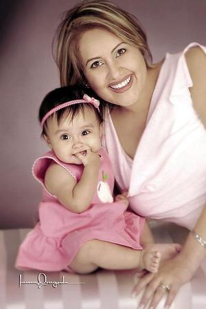 Diana Beatriz Burciaga de Montes con su hijita Michelle Montes Burciaga, en una foto de estudio con motivo del Día de la Madre.
