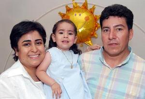Natalia Soto Castrejón junto a sus papás Natalia y Ricardo.