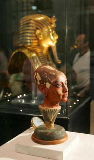 Tutankamón, cuya tumba fue descubierta en Luxor en 1922 por el arqueólogo británico Howard Carter, tuvo poca importancia histórica, ya que sólo reinó diez años -del 1333 al 1323 antes de Cristo- sin que en los registros haya quedado de su mandato ningún hito.  <p> La fama del joven soberano se debe, no obstante, a las espléndidas joyas, los delicados muebles y la máscara de oro puro hallados en su cripta, que en la actualidad se exhiben en el Museo Egipcio de El Cairo.