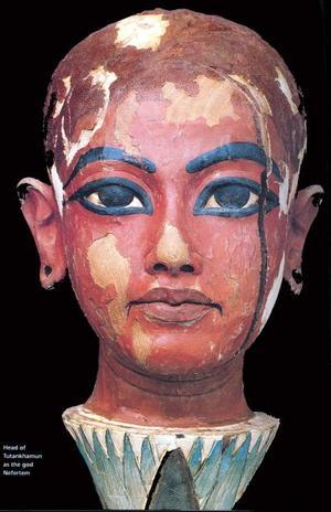 Hawas aseguró que las facciones de la cara de Tutankamón en el busto de madera, en el que está representado sobre la cabeza del dios faraónico Nefertón, son muy similares a la réplica hecha por el equipo de peritos. La estatua mostrada hoy por Hawas fue encontrada en la tumba del faraón en 1922 y ahora se ha descubierto que guarda una gran similitud con el modelo realizado por los expertos.