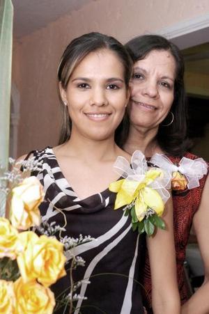 Alejandra Pérez de la Fuente captada junto a su mamá, Hilda de la Fuente, quien le ofreció una despedida de soltera con motivo de su próximo enlace nupcial.