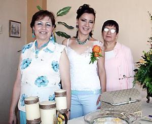 La futura novia, Raquel Bañuelas con las anfitrionas de su fiesta de despedida, Olicia Luna de López y Raquel Llaca.