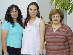 Diana Pérez Adame recibió regalos por el próximo nacimiento de su bebé.