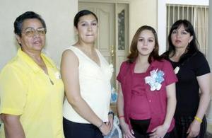 Laura Farías acompañada de Irene James y Alejandra de Nevárez, quienes le organizaron una fiesta de canastilla por el futuro nacimiento de su primer hijo que será varón