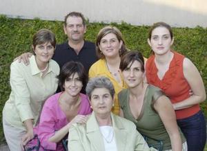 Doña Carmen Escandón acompañada por sus hijos, Mary Carmen, Toño, Dely, Lucy, Laura y Pily.