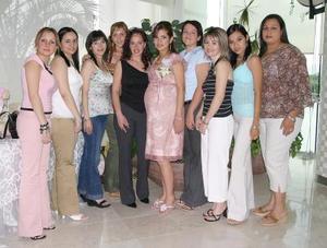 Érika Monsiváis de Silva acompañada por un grupo de amigas, en la fiesta de canastilla que les ofrecieron un grupo de amigas.