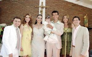 <b>11 de mayo </b> <p> Jared Borggetti y Mónica López Borggetti, llevaron a la pila bautismal a su hijita Mónica, invitaron a Poncho Lizárraga, su esposa Celia , y al ex futbolista del Santos Héctor López y su esposa Aracelia.