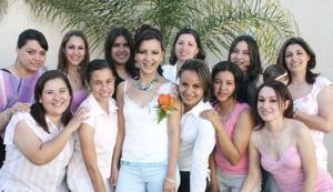 <b>12 de mayo </b> <p> Raquel Bañuelas Llaca estuvo acompañada de sus amigas en su fiesta de despedida