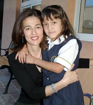 Alejandra Fernández de Sicairos y su hija Elena.