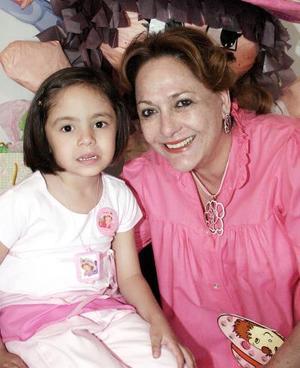 Hermosa Aholibama en compañía de su nieta Mague Soto.