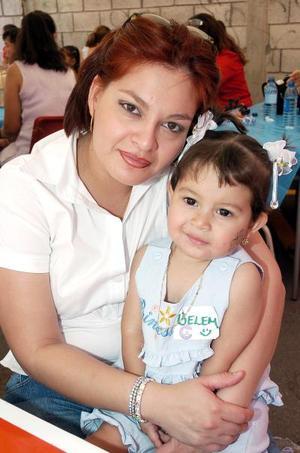 <b>10 de mayo </b> Señora Alejandra Ríos y su hija Sofía Rodríguez Ríos.