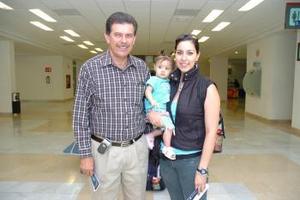 Karina Muñoz y su hija Ana Paula viajaron al DF y las despidió Alberto Muñoz.
