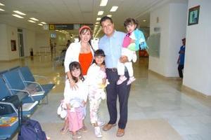 <b>10 de mayo </b> <p> Óscar y Norma Fajer de Ebrard con sus hijos Natalia, Paulina, y Luisa viajaron a  Orlando Florida.