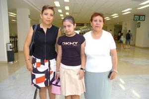 Julia Vázquez y Carolina Siordia viajaron a Villahermosa Tabasco y las despidió Lilia Karam.