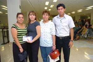 <b>12 de mayo </b> <p> Tania Cárdenas viajó a Oaxaca y fue despedida por Nena Chávez, Nubia y Dante Cárdenas