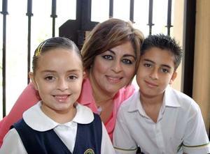 Alejandra de De la Peña, junto a sus hijos Hugo y Alexa.