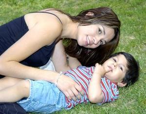 Alma Gómez de Gallegos con su hijito Luis Enrique.