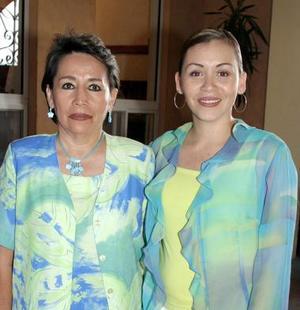 Bertha Lilia de Corral, en compañía de su hija Mayra Corral.