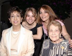Carmen  Acuña de Meléndez, Patricia de López, Patricia de Pérez y Patricia Pérez, forman cuatro generaciones.