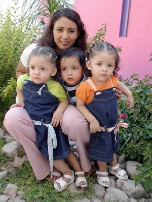 Claudia Ramírez Collazo, con sus trillizos Fátima Abigail, Claudia Saraí y Ángel Márquez Ramírez.