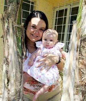 Claudia Villalobos y su pequeña Valeria.