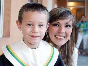 Daniela de González, con su pequeño Ricardo González.