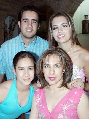 Juany Alonso de Allegre en compañía de sus hijos, Alberto, Anabel y Astrid