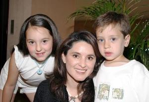 Lucy Cuesta de González, con sus hijos Diego y Sofía.