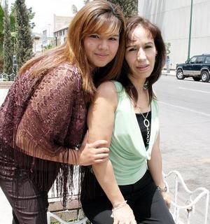 María Teresa Salazar González, con su hija Vanesa.