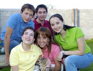 Mary Tere Martín Bringas, acompañada de sus hijos Alejandro, Mary Tere, Daniela y Alberto.